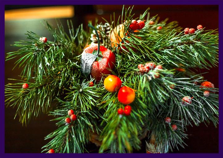 Новогодний декор из натуральной хвои с ягодами и фруктами