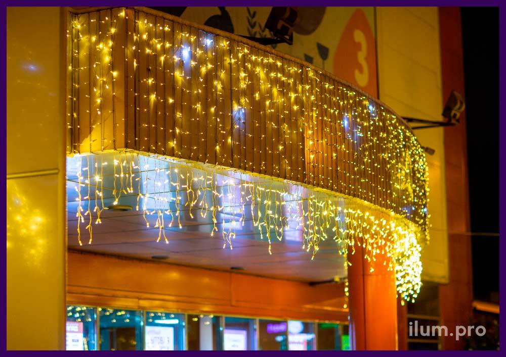 Праздничная подсветка фасада торгового центра гирляндами