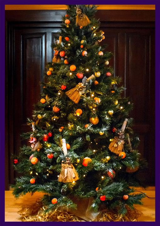 Украшение ёлки гирляндами и мандаринами на новый год