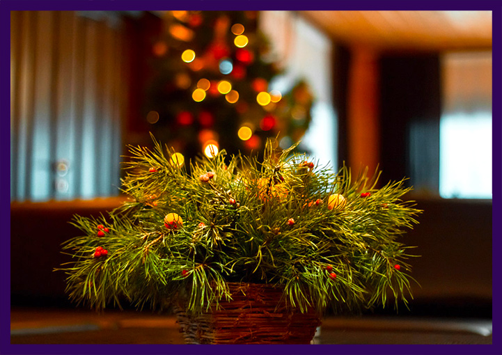 Хвойные декорации в интерьере бани на Новый год