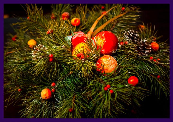 Новогодние хвойные декорации с мандаринами