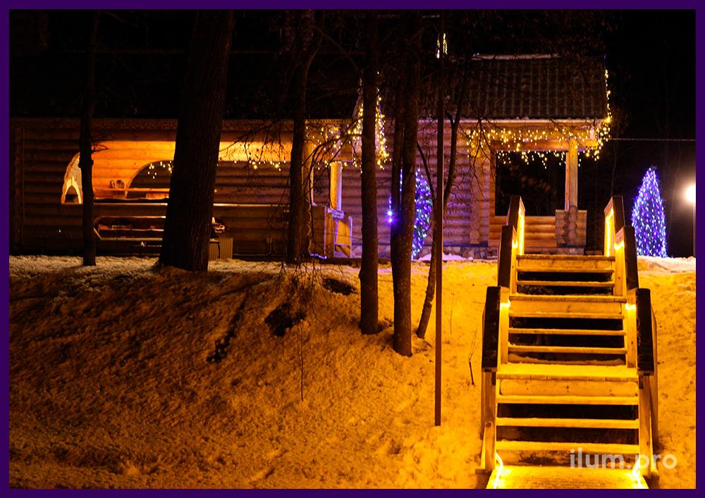 Новогоднее украшение гирляндами на Новый год бани и спуска к реке