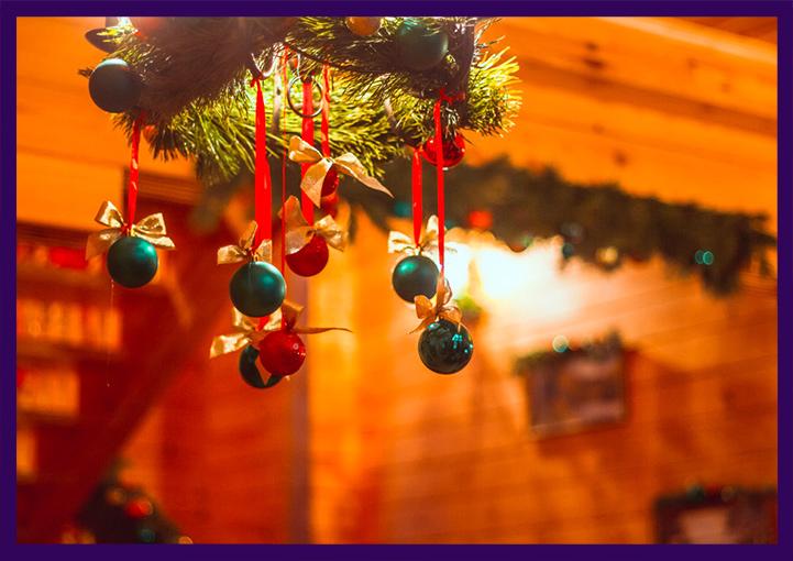 Рождественские хвойные веночки для интерьера частного дома