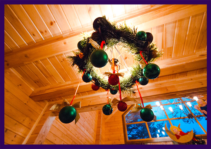 Хвойные венки в интерьере частного дома на Новый год