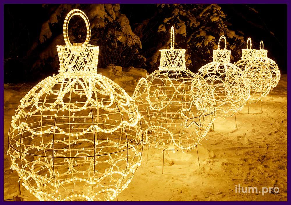 Новогоднее украшение городской площади светодиодными гирляндами и арками