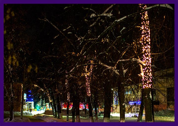 Светодиодные нити на деревьях на Новый год