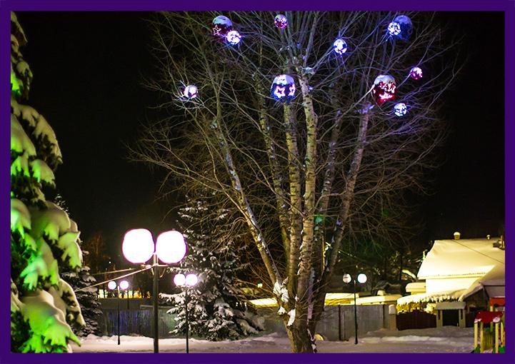 Световые шары с мишурой на дереве