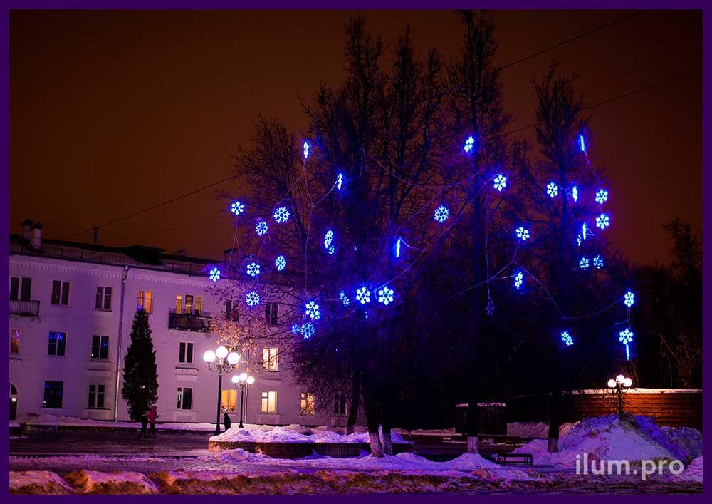 Светодиодные снежинки из дюралайта на деревьях
