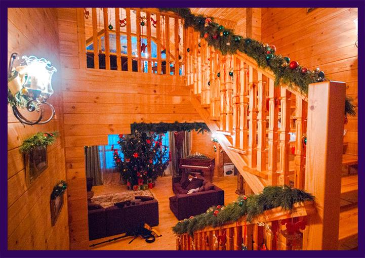 Новогоднее украшение лестницы в загородном доме