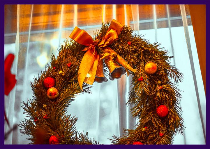 Рождественский хвойный венок с игрушками