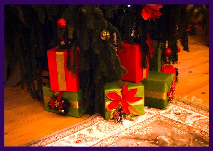 Подарочные коробки в основании живой ёлки