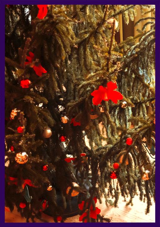 Новогодняя ёлка в интерьере с красными цветами