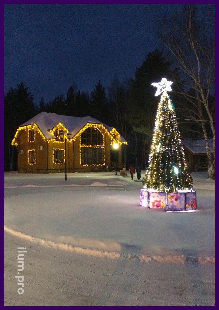 Пятиметровая уличная ель и дом с гирляндами