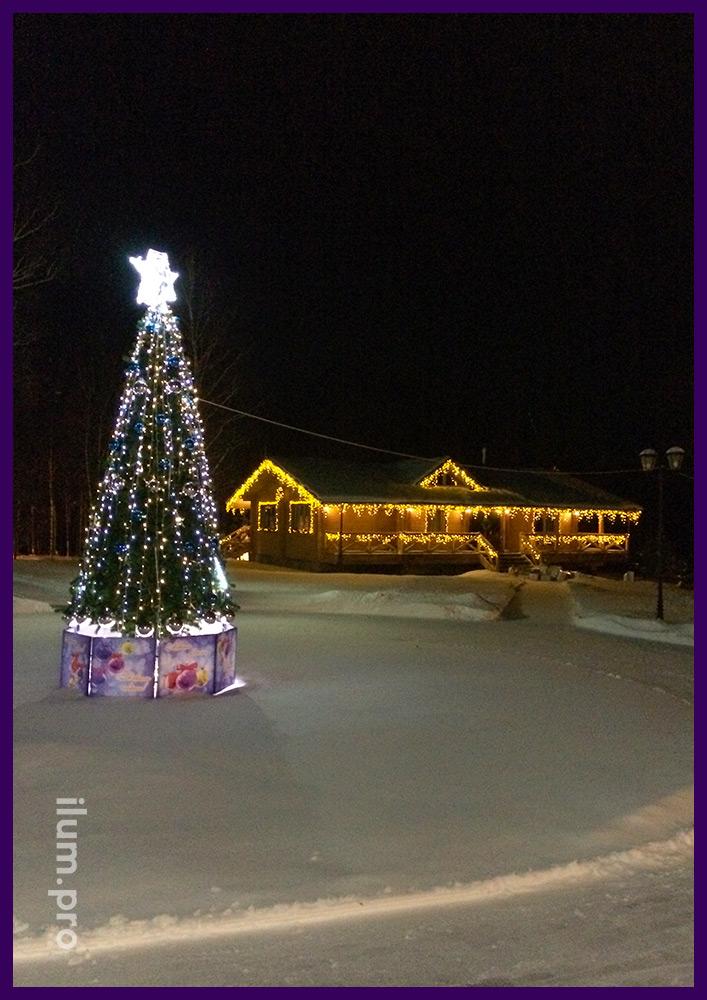 Ствольная уличная ель и дом с светодиодными гирляндами