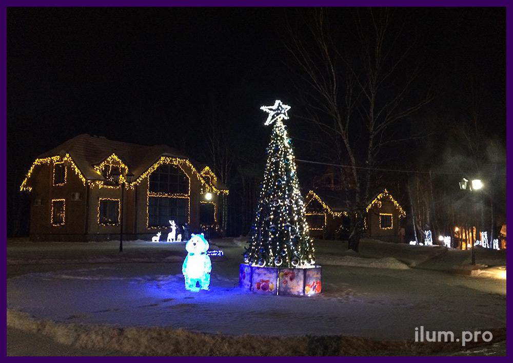 Подсветка частного дома и ёлка в гирляндах с акриловыми фигурами