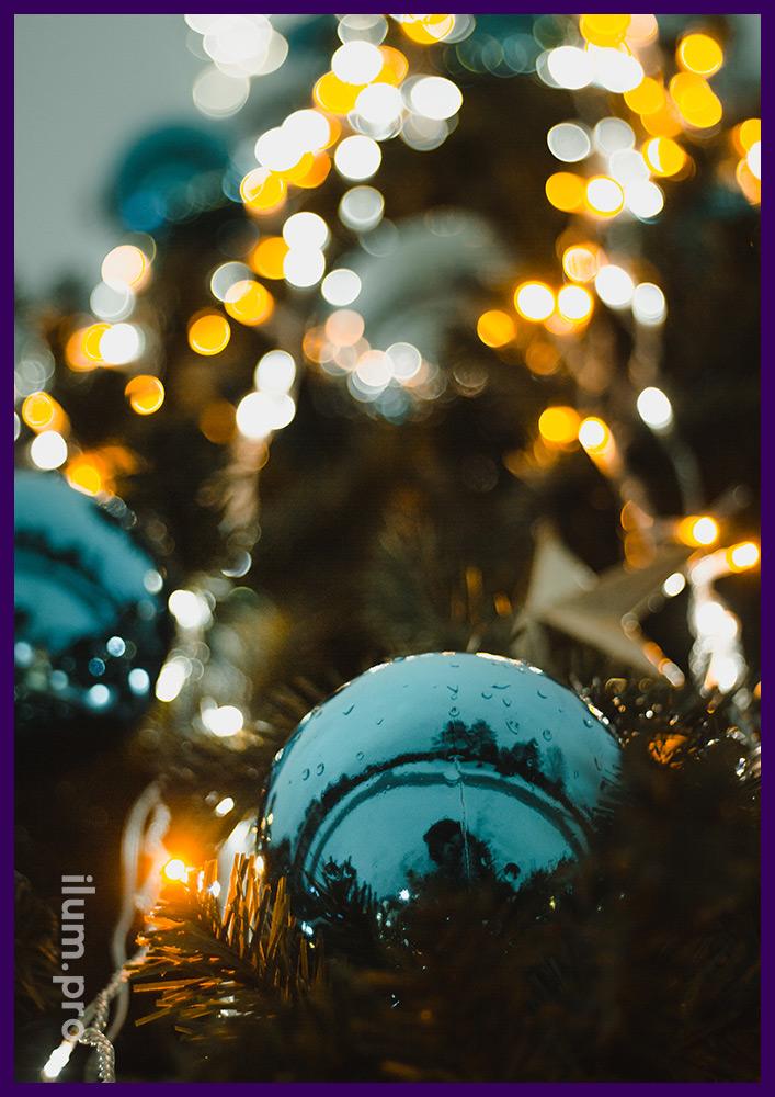 Уличные игрушки на ёлке, звёзды и глянцевые шары