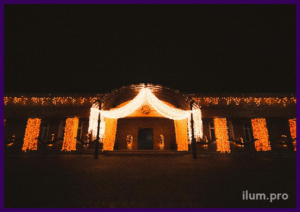 Украшение фасада ресторана гирляндами на новогодние праздники