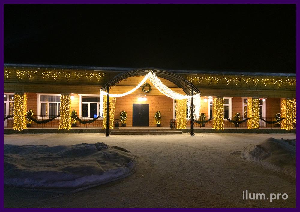 Украшение фасада гирляндами к новогодним праздникам