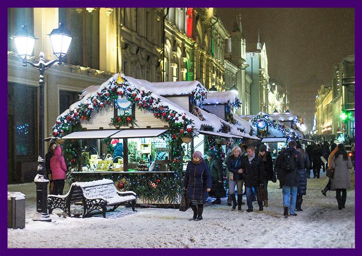 Новогоднее украшение домиков шале в городе