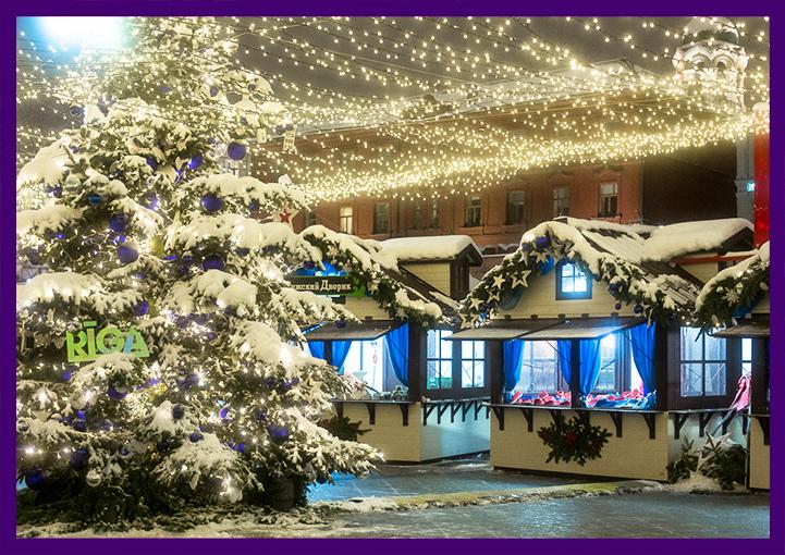 Оформление рождественской ярмарки новогодними гирляндами и ёлками