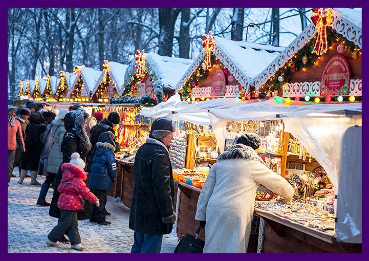 Рождественские домики шале на ярмарке во Владимире