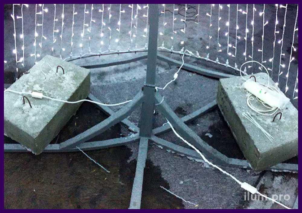 Бетонные утяжелители на каркасе светодиодной ёлки