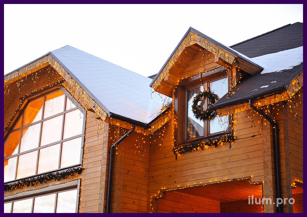Светодиодная иллюминация, гирлянды на крыше дома и вокруг окон. Хвойный декор.