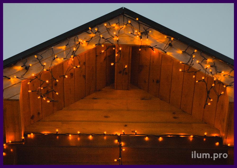 Хвойные гирлянды с светодиодной подсветкой на перилах дома