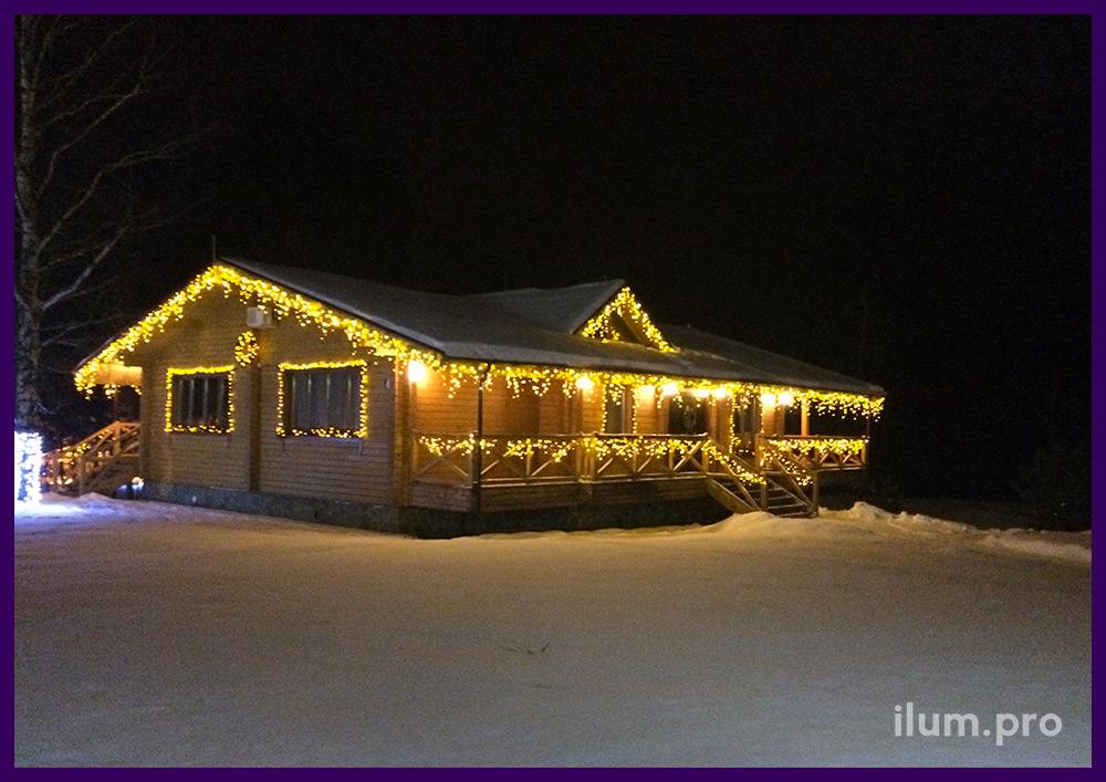 Гирлянды на крыше и окнах, хвоя с подсветкой на доме