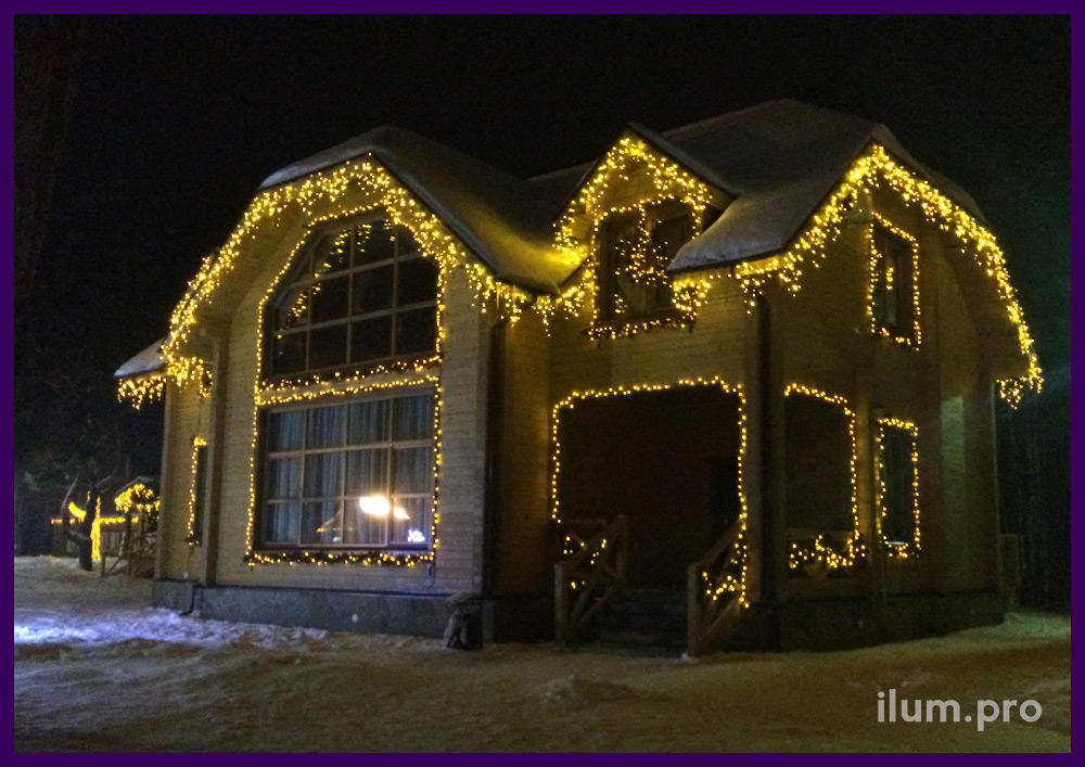 Светодиодные занавесы на стволах деревьев и украшение домов гирляндами тёпло-белого цвета