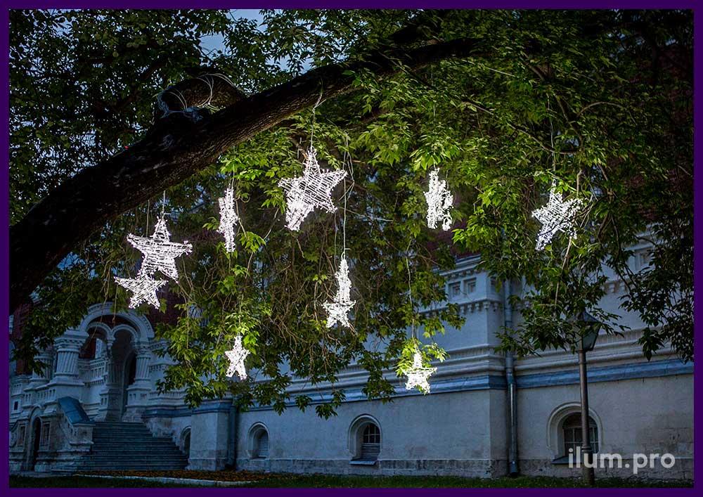 Украшение деревьев звёздами с светодиодными гирляндами