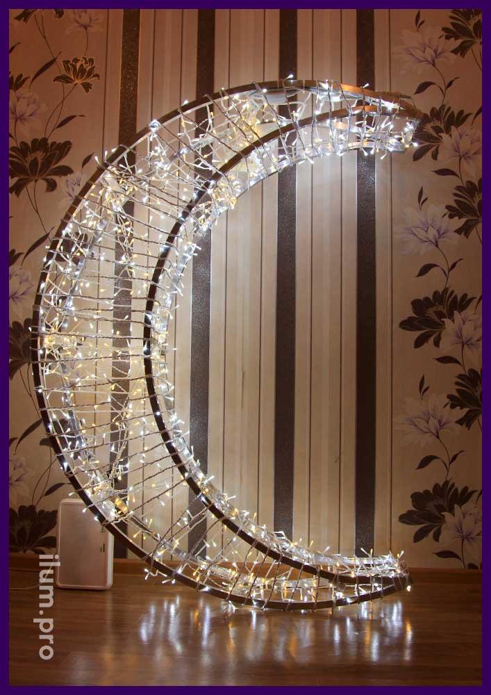 Светодиодная фигура месяц из алюминия с гирляндами