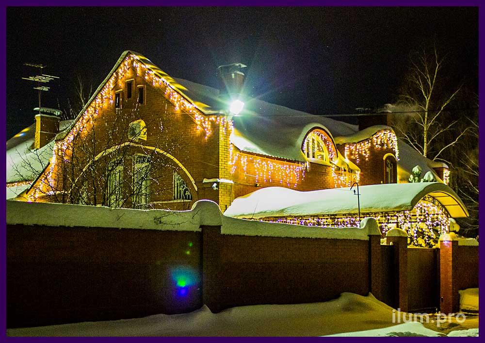 Новогодние гирлянды на крыше дома