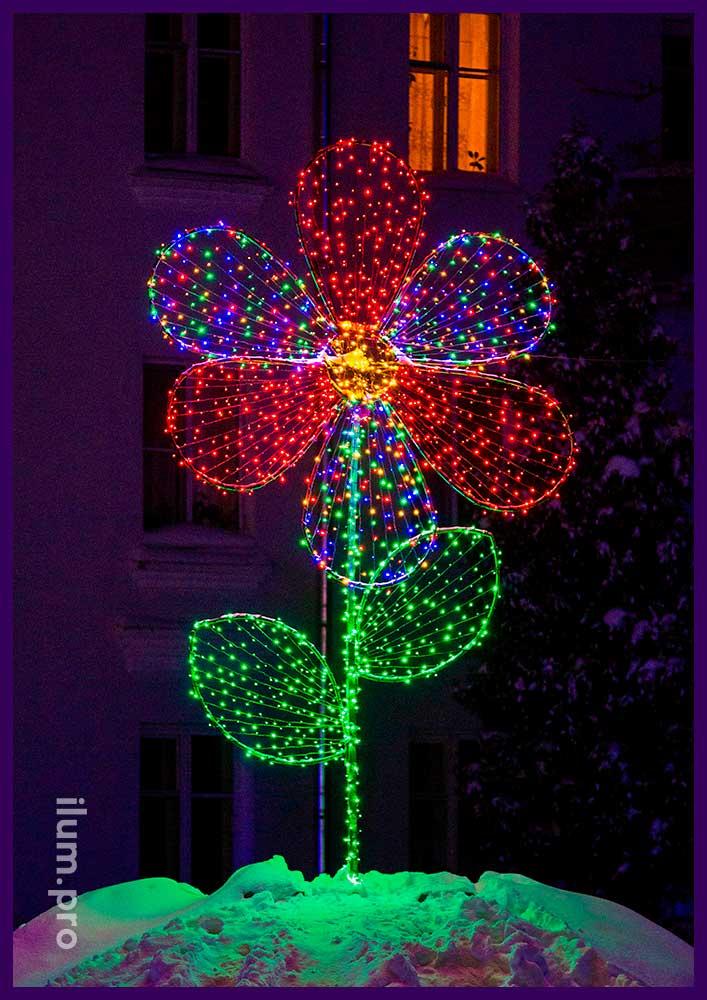 Цветок из светодиодных гирлянд в клумбе
