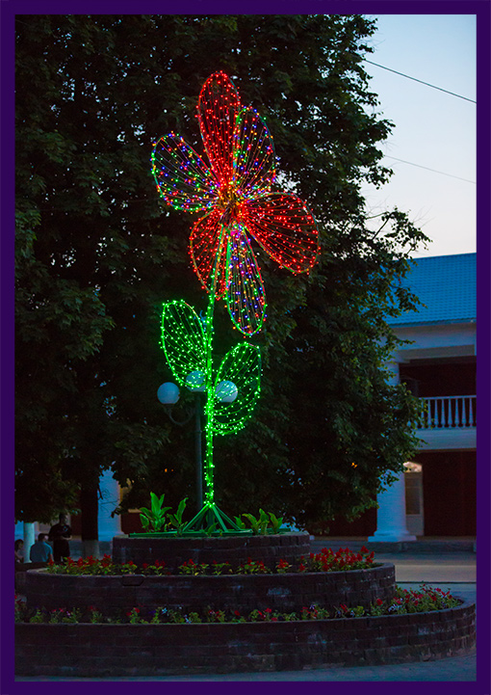 Цветок из гирлянд для украшения города