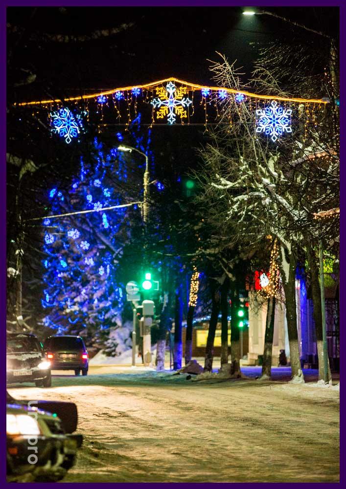 Светодиодные снежинки на перетяжке над дорогой