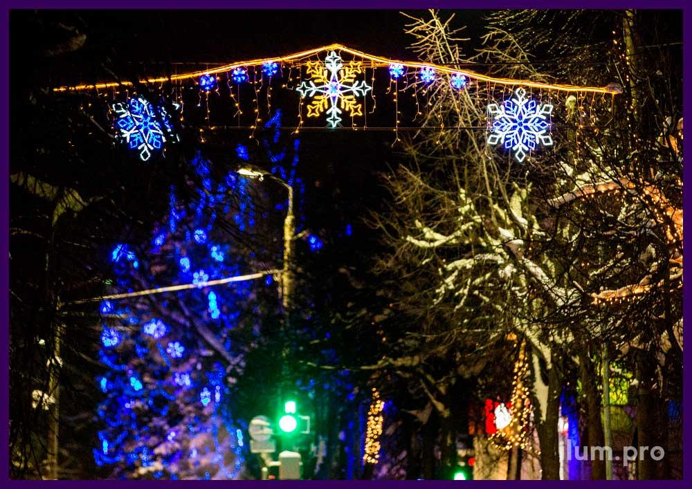 Новогодняя перетяжка со светодиодными снежинками для города