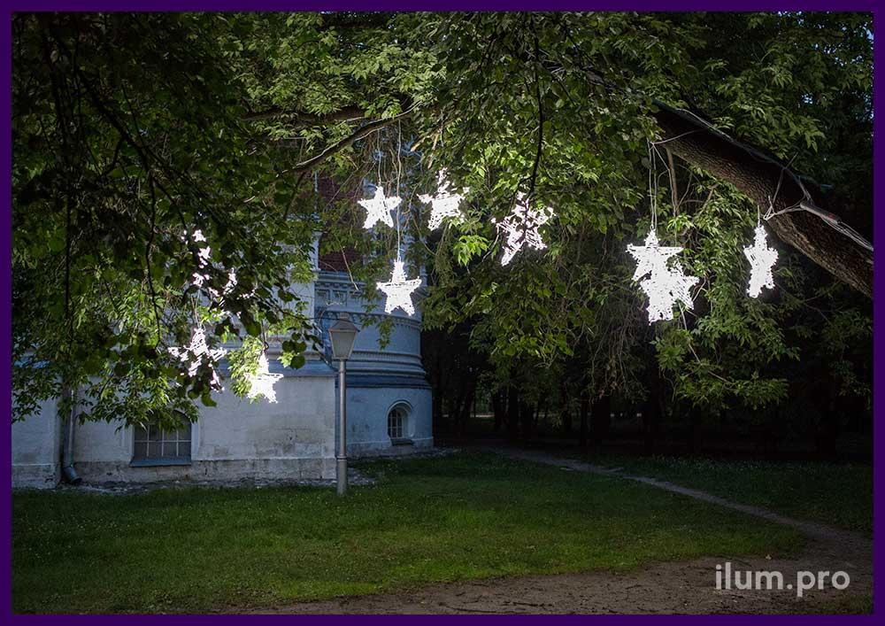 Белые светодиодные звёздные на дереве