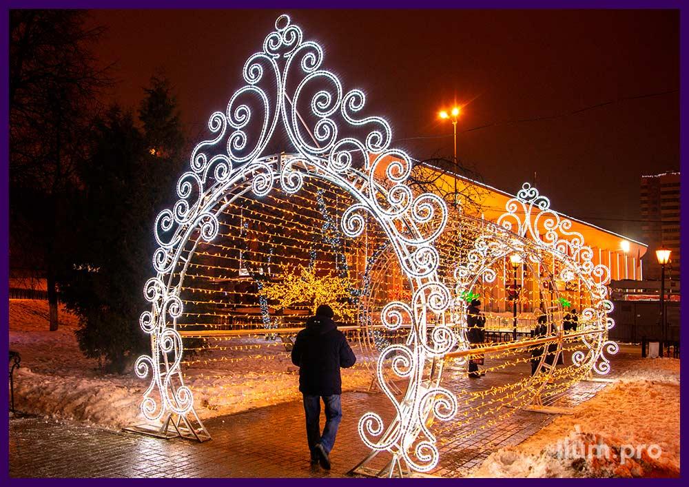 Украшение города на праздники. Светящиеся арки и украшения опор освещения.