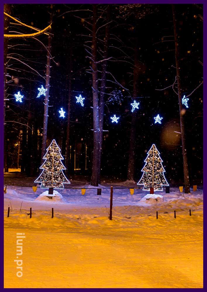 Новогодняя фотозона на лыжной трассе, ёлочка с гирляндами