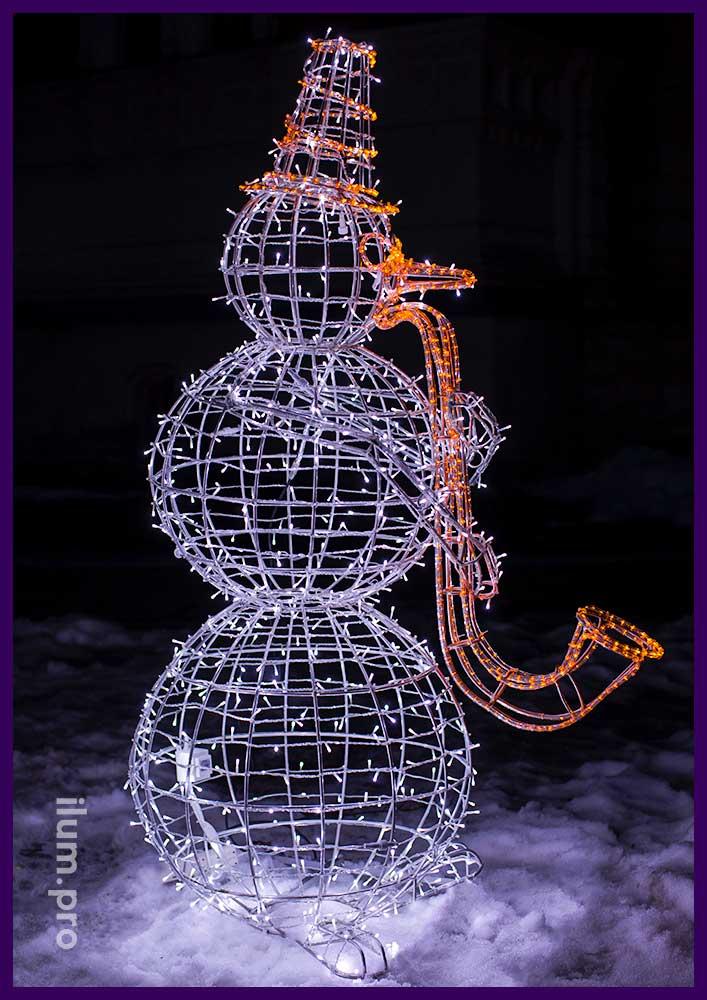 Новогодняя фигура снеговика с саксофоном из алюминия и гирлянд