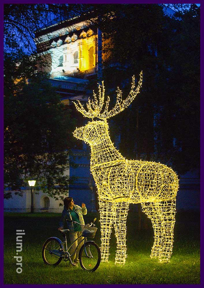 Светящийся олень для украшения парка на праздники