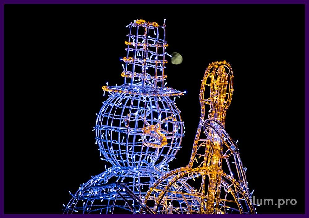 Уличная новогодняя фигура снеговик с контрабасом из алюминия и гирлянд