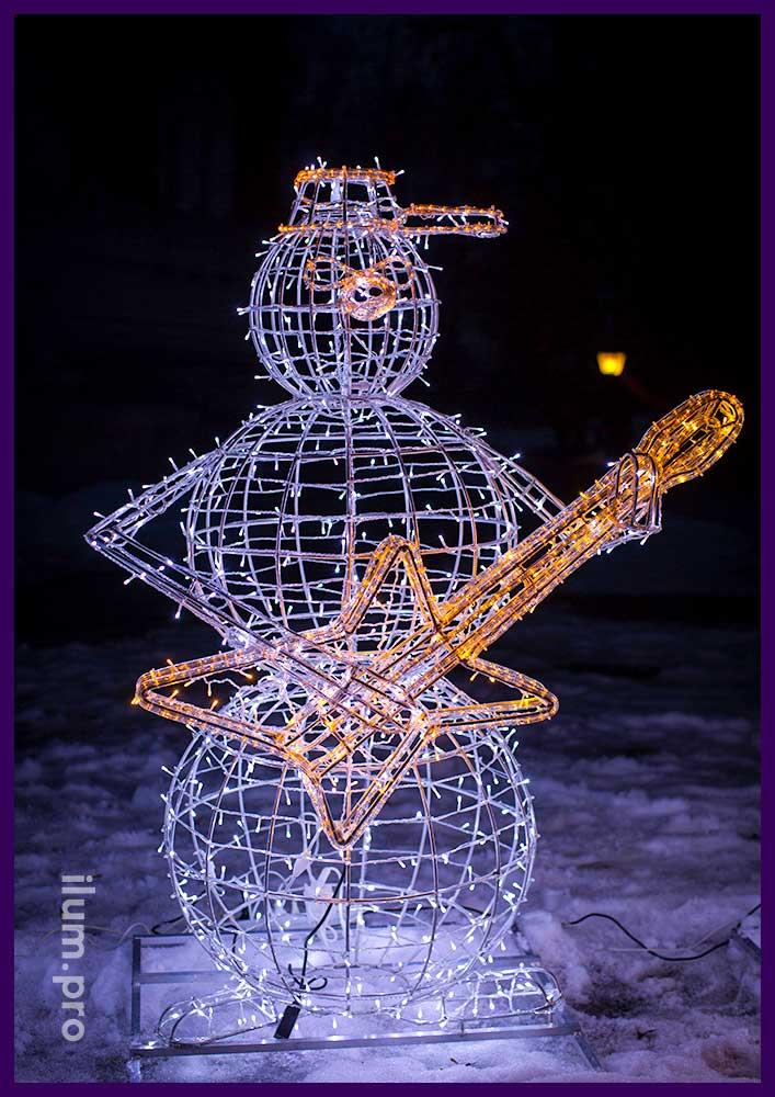 Новогодняя светящаяся фигура снеговика из алюминия и гирлянд