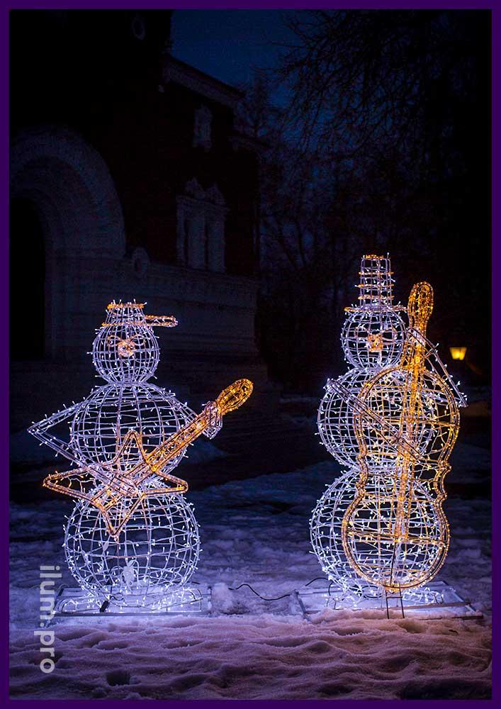 Большие фигуры снеговиков с гитарой и контрабасом из алюминия и гирлянд