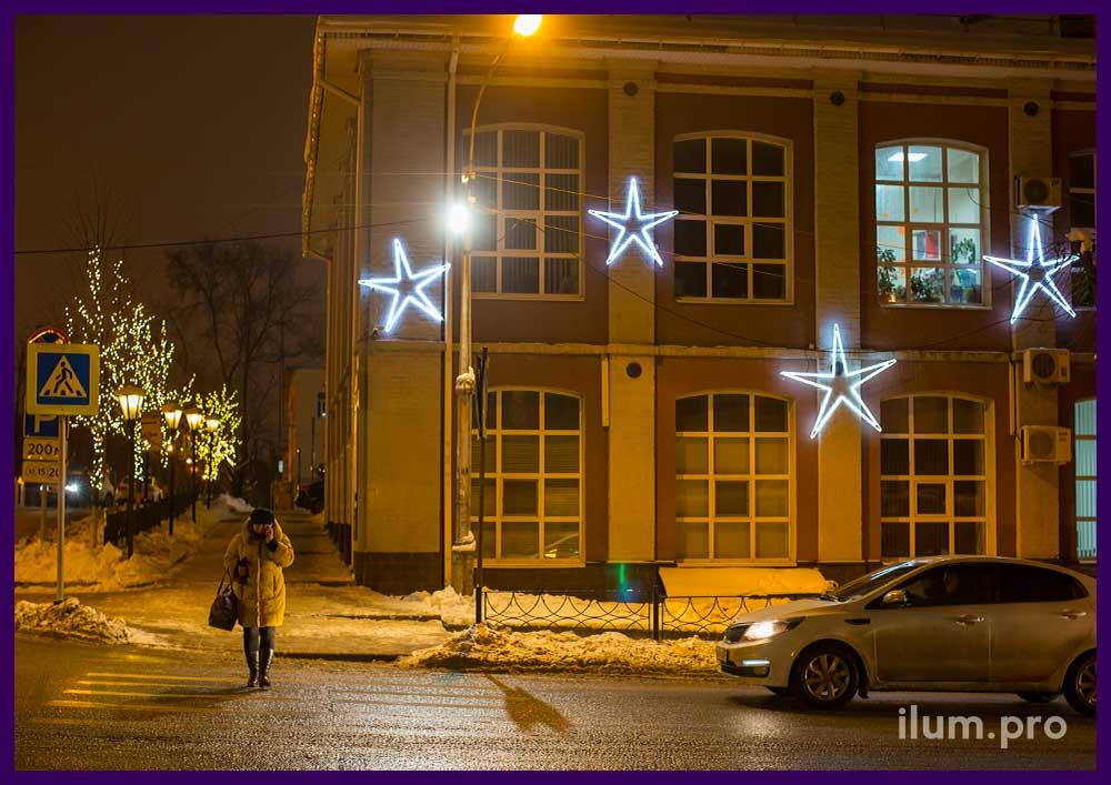 Новогоднее украшение фасада здания звёздами