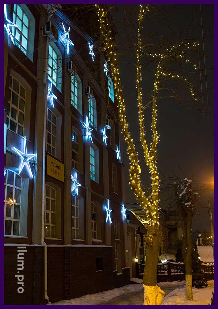 Украшение деревьев и фасада здания к Новому году