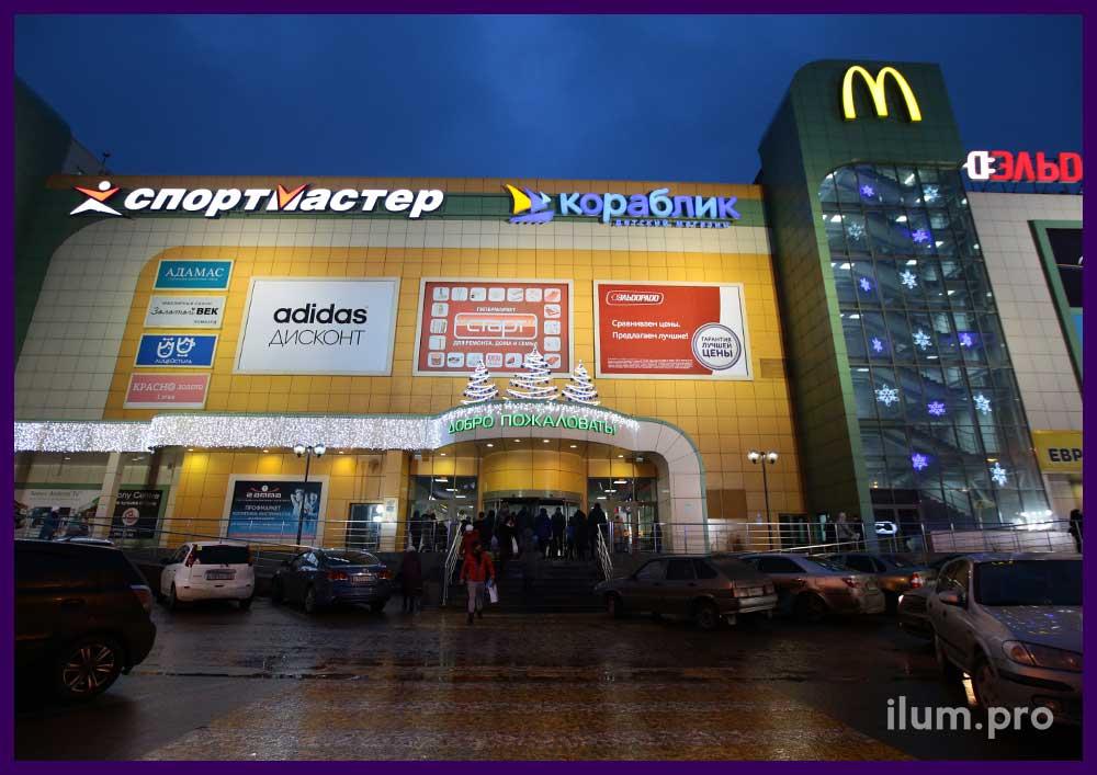 Украшение торгового центра к Новому году световыми фигурами