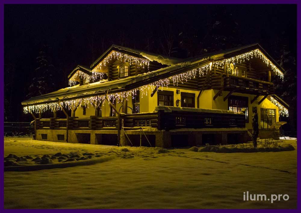 Оформление гирляндами тёпло-белого цвета крыши частного дома