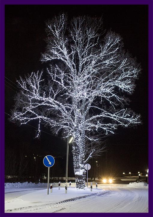 Белые гирлянды нить на дереве в Новый год